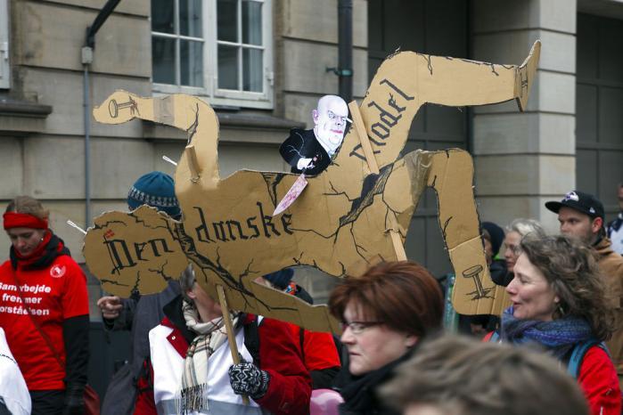 Demonstration foran Christiansborg i torsdags. Lærerkonflikten bliver set som det første store slag i regeringens plan om modernisering og effektivisering af den offentlige sektor. Foto: Niels Quist Petersen/Demotix