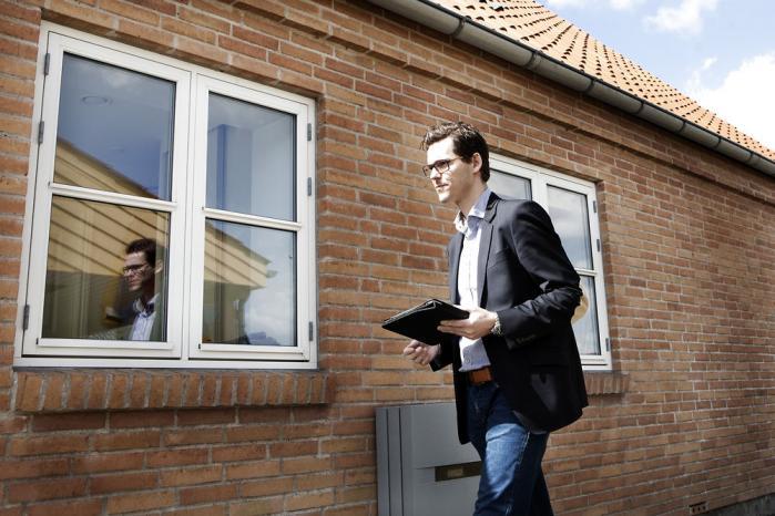 Det kan være meget sundt, hvis vi i en by som Holbæk begynder at tænke os om og spørge os selv: Hvem er vi egentlig, siger ejendomsmægler Rasmus Bergstrøm, mens han her viser rundt i et hus, der har stået til salg i ni måneder. Foto: Tine Sletting