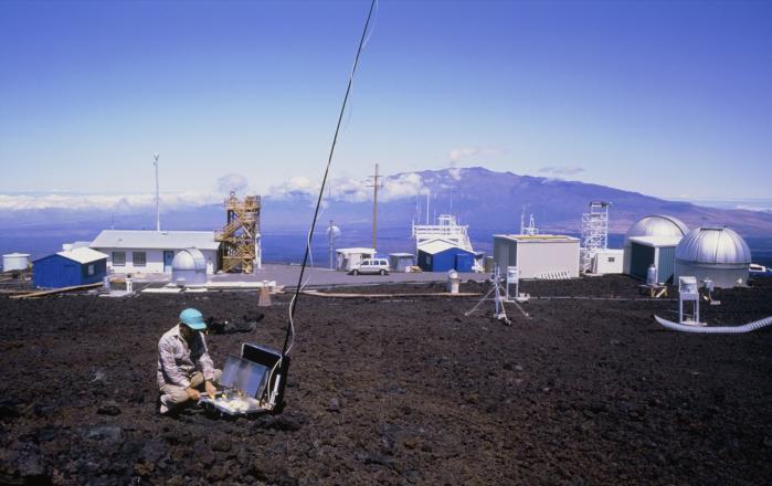'Hastigheden af CO2-stigningen gennem det seneste århundrede er uden fortilfælde. Der er ingen kendt periode i den geologiske historie, hvor så høje vækstrater har kunnet identificeres', hedder det i en meddelelse fra Scripps Institution of Oceanography, den videnskabelige institution der forestår CO2-målingerne fra Mauna Loa-observatoriet på en bjergtop i Hawaii.