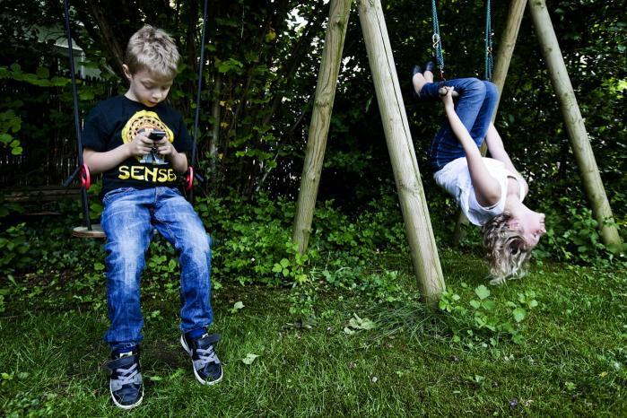 Mange børn og unge mennesker opnår nærvær og samvær ikke via stedet, men via nuet, altså ved at være øjeblikkeligt tilgængelig og svare på eksempelvis sms'er, der med mobiltelefonens lydløse vibreren fungerer som en insisterende prikken på skulderen.