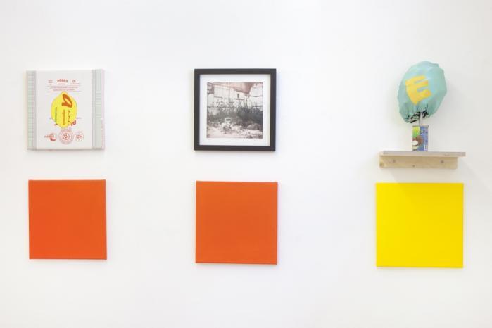 En række kunstnere er gået med på spøgen og har fortolket Poul Pedersens 25 bogstaver fra A – Z kategoriseret som farver alt efter deres buer, vandrette eller skråstreger. Foto fra udstillingen.