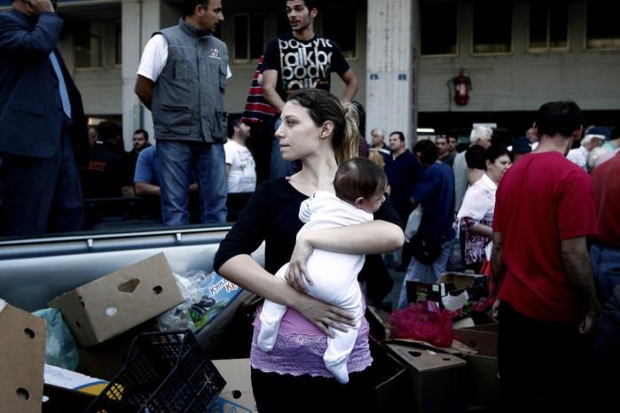Bed en bøn. Fødevareuddeling på markedet i Athen. Når Europa har afskåret sig fra at hjælpe økonomien i gang, er der kun tilbage at presse lønningerne og bede til Gud om bedre tider, siger Mark Blyth.