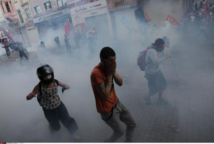 Der blev slået hårdt ned på protesterne i Istanbul og Ankara, hvor politiet brugte tåregas og vandkanoner mod demonstranterne. Foto: Scanpix