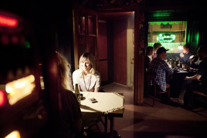 Værtshuset Café Blomsten på Vesterbro har eksisteret siden 1895 og er et af de steder, hvor stamgæsterne i stigende grad får selskab af unge. Især om aftenen gør de unge deres store indtog. Det er to forskellige typer gæster, men de blander sig og taler på tværs af baren eller bordene.