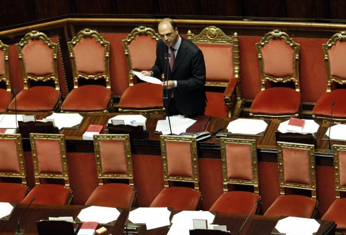 Italiens indenrigsminister, Angelino Alfano, taler i overhuset. Det er svært at få aktindsigt hos italienske myndigheder og ministerier.