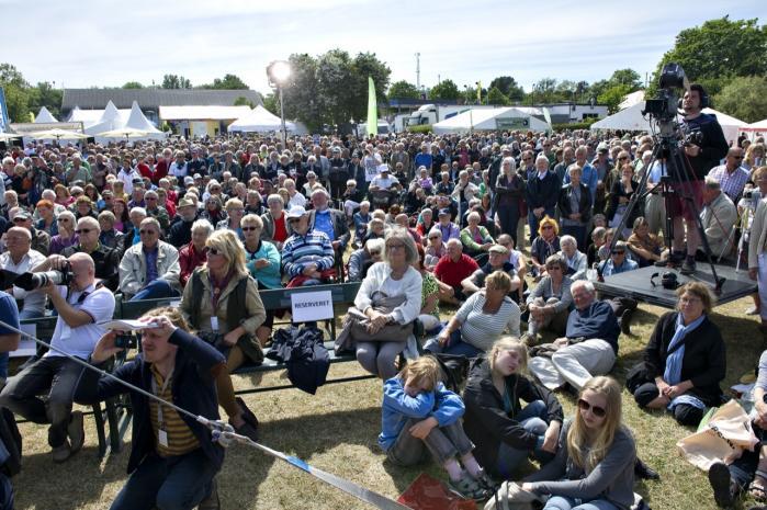EU's klimakommissær, Connie Hedegaard, deltager på en række debatmøder under årets Folkemøde på Bornholm, hvor tusinder af borgere deltager. Og det er dem, hun vil nå – borgerne må nemlig presse hårdere på, mener hun, hvis den grønne omstilling skal ske. For hverken politikerne eller erhvervslivet vil gøre det af sig selv.