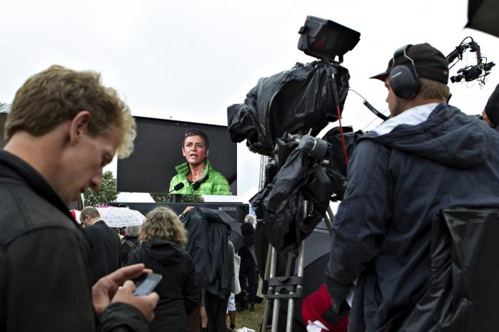 Kan en journalist bevare sin integritet, hvis hun drikker fadøl og skåler med en minister eller optræder som betalt ordstyrer for McDonalds den ene dag og skal interviewe ministeren eller virksomheden kritisk den anden dag?