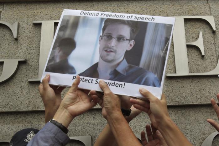 For mange folk i blandt andet Rusland og Kina er whistlebloweren Edward Snowden blevet en helt, som folk ikke vil acceptere udleveret til de amerikanske myndigheder. Her er det en støttedemonstration for Snowden uden for USA's konsulat i Hongkong.