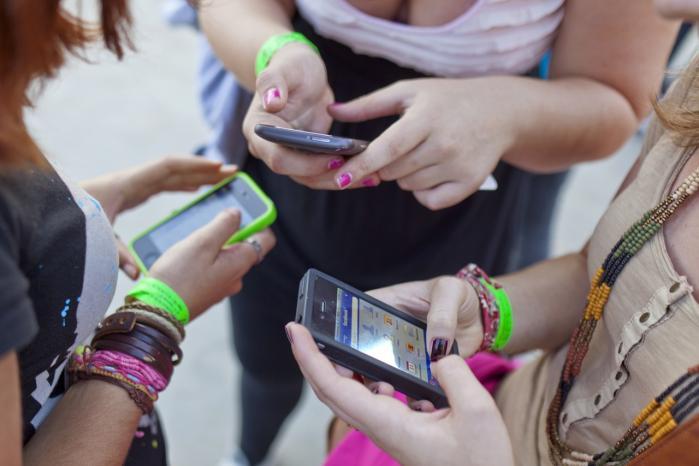 Ifølge Susanne Tvedergaard Kristensen, som netop har skrevet speciale om unges brug af texting og medialiseret flirt på IT-universitetet i København, handler det for de yngre teenagere ikke om sex, når de sender frække billeder til hinanden. Det handler i stedet om flirt og om at blive bekræftet.