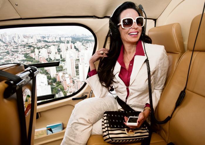 Den brazilianske milliardær Cozete Gomes flyver over São Paulo i sin egen helikopter, da det tager for lang tid i trafikken i byen med 20 mio. Hun er en af Brasiliens mange superrige, der er også engagerer sig socialt.
