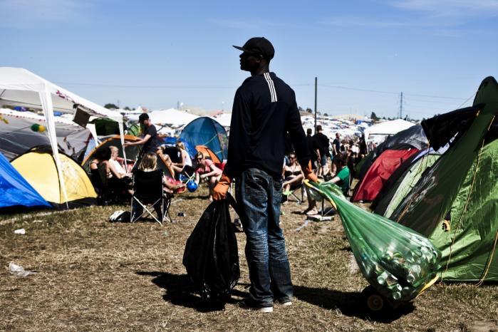 De vestafrikanske indvandrere, især unge robuste mænd, har ofte en opholdstilladelse fra et andet EU-land, fra hvilket de af krisen er blevet tvunget til at rejse nordpå. Men uden et EU-pas kan de hverken bo eller arbejde i Danmark. Dog har de ret til at blive her i tre måneder som turister. De fleste er henvist til at samle pantflasker for at få penge til mad.
