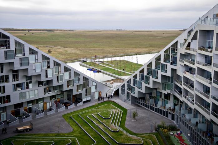 For nogle arkitekter er 8TALLET i Ørestaden et symbol på en deroute i dansk arkitektur, der begynder på arkitektskolerne, fortsætter på tegne-stuerne og ender i bybilledet.