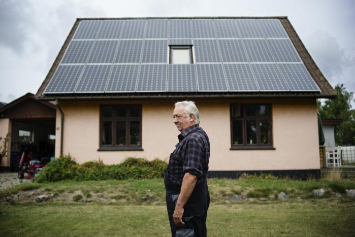 Tom Jensen placerede de første solceller på taget af huset i Holtug for over 25 år siden. Den pensionerede vognmand har som landsbyens miljøagent travlt med at tage kurser om blandt andet vedvarende energi og energispareråd.