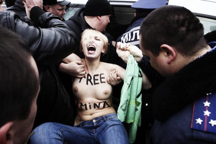Femen begyndte med demonstrationer mod prostitution i Ukraine i 2008. Her protesterer aktivister i Kiev mod fængslingen af en medaktivist.