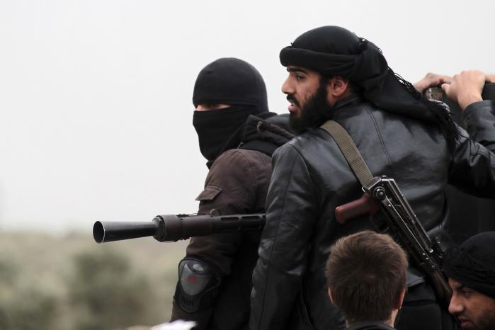 Militser fra den jihadistiske al-Nusra front ved landsbyen Azizi uden for Aleppo i Syrien.