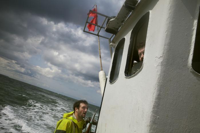 Jan Olsen (t.v.) og Johnny Olsen fisker ud for Thorupsstrand i Jammerbugten. Deres bæredygtige fiskeri er også et af de vindende omstillingsprojekter, idet det bl.a. foregår skånsomt med garn og vod, ikke med tunge ødelæggende bundtrawl. Foto: Tor Birk Trads