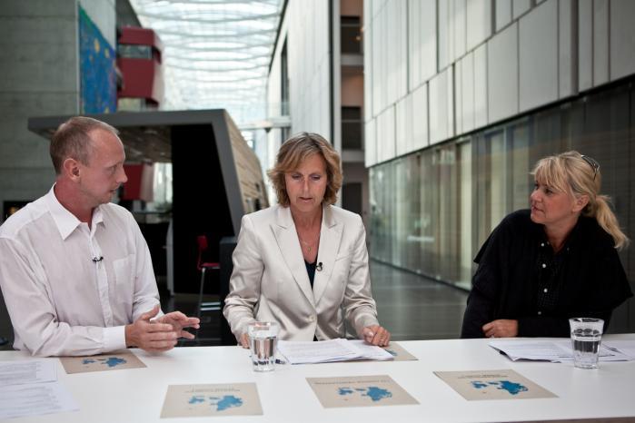Dommerne Emil Urhammer, Connie Hedegaard og Christine Feldthaus gennemgår projekterne. Foto: Martin Kunzendorf