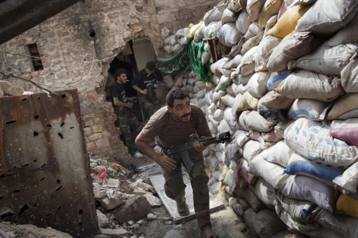 Syriske oprørere forsøger at holde skansen ved den gamle bydel i Aleppo.