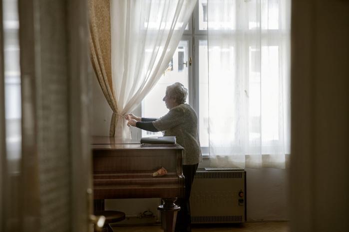 Helga Weiss og hendes far lovede ved hans deportation til Auschwitz, da Helga Weiss var 15 år, at de ville tænke på hinanden hver aften kl 19. 'Jeg tænker ofte på min far, ikke bare kl. 19, men når jeg skal træffe beslutninger, som for eksempel hvem jeg skal stemme på ved valget, vender jeg det med min far,' siger 84-årige Helga Weiss. Foto: Tor Birk Trads