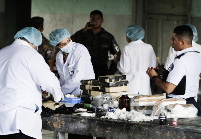 Portalen Silk Road formidlede salg af narkotika af høj kvalitet til hele verden. Nu er den lukket. Her er honduranaske myndigheder ved at registrere 400 kg kokain, der var på vej til USA via traditionelle smuglerkanaler.