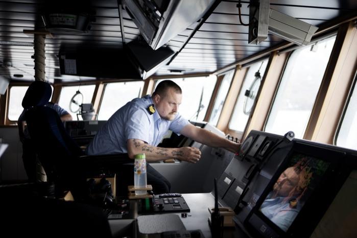 Langsom ambulance. Inspektionsskibet Knud Rasmussen har med de enorme afstande i Arktis ikke meget at gøre godt med i tilfælde af et større olieudslip. Vi er en meget langsom ambulance, siger skibets næstkommanderende.