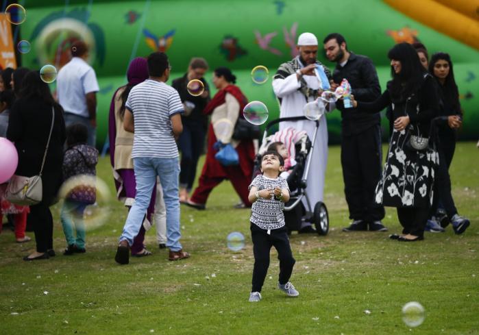 Under den økonomiske krise i Europa har man set en tydelig stigning i den negative opfattelse af muslimer og islam. Hvis mennesker føler sig truet, kan vi iagttage, at det direkte fører til diskrimination, siger eksperter. Britiske muslimer fejrer afslutningen på ramadanen, eid mela, i en park i Birmingham.