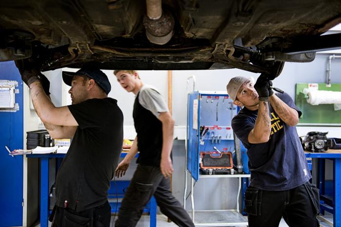 Unge automekaniker-elever på Teknisk Erhvervsskole Center i Hvidovre. Det skal understreges, at de ingen forbindelse har til de omtalte unge med ind-læringsvanskeligheder i dansk og matematik.   Model