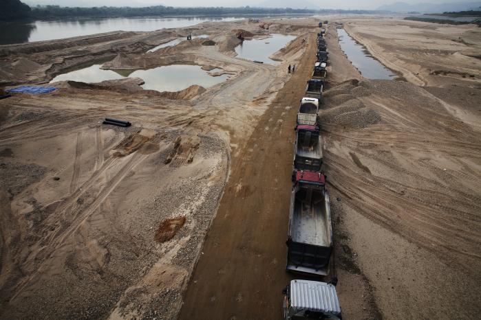 Sydkoreas fire store floder har et unikt økosystem af sjældne fugle og vegetation, der trives i vådområder og på sandbanker. Sandet kommer fra bjergene og er i konstant bevægelse. I et stort anlagt 'grøn vækst'-projekt er store dele af floderne nu forvandlet til betonørken i et forsøg på at skabe et kontrolleret, kunstigt økosystem.