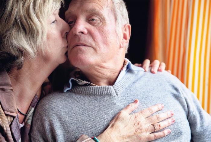 Sven og Karin Dassau har været sammen i over 40 år. Overetagen i villaen har de lejet ud en stor del af tiden, som regel til mænd, der er blevet skilt, ofte for at finde tilbage til deres partner eller ind i et nyt monogamt forhold med de samme faldgrubber som det gamle. Foto: Tor Birk Trads