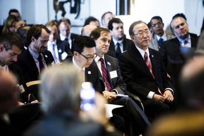 'Min observation gennem syv år som generalsekretær er, at endskønt politiske ledere i høj grad har forpligtet sig på visioner for fremtiden, bliver de let hæmmede af folkestemninger eller af at opnå kortsigtede gevinster, fordi de har en vis begrænset mandatperiode,' siger Ban Ki-moon (nr. tre fra højre).