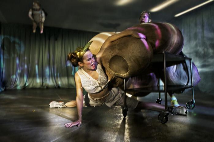 Det groteske stortrives i forestillingen 'Kød og Blod', hvorTeatret Graense-Loes ikke nøjes med at tale om sex. Nej, her forstørres drømmen om en kæmpepik så vildt, at  det eftertragtede blowjob slet ikke kan lade sig gøre. Den slags ser man altså ikke i voksenteatret – endnu.