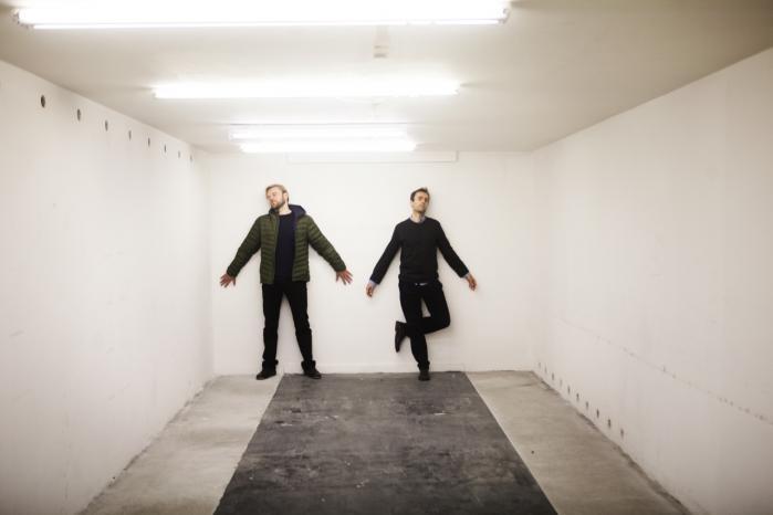 Instruktør Kristian Husted og billedkunstner Ferdinand Ahm Krag står bag forestillingen 'Point Omega'. Her befinder de sig i kælderen i en nedlagt Sydbank filial på H.C. Andersens Boulevard.