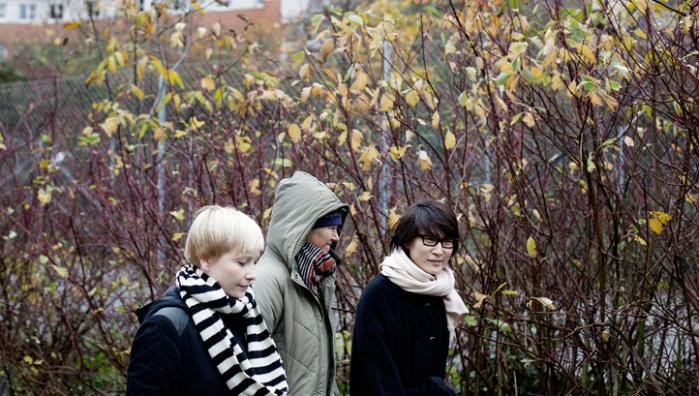 Kristina Nya Glaff ey, Ditte Maria Bjerg og Maja Lee Langvad har alle skabt værker, der behandler temaet: familieskabelse på den globale markedsplads. Foto: Tor Birk Trads