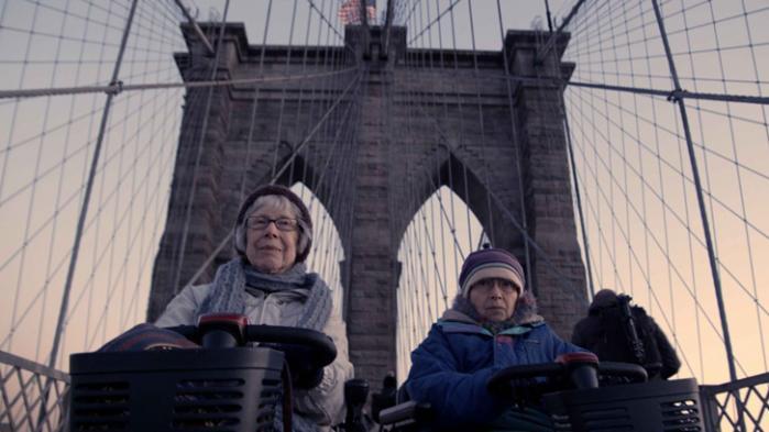 Shirley og Hinda er i en sen alder begyndt at tænke over den økonomiske krise og væksten. Det er blevet til en fin dokumetarfilm. Foto fra filmen