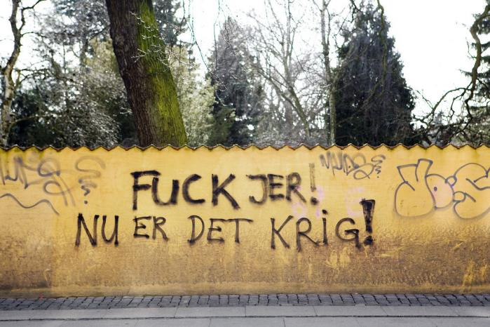 Mange lod deres frustration over rydningen af Ungdomshuset, Jagtvej 69, komme til udtryk i gadebilledet. Her er det muren omkringAssistens kirkegård på Nørrebro. Arkivfoto: Scanpix