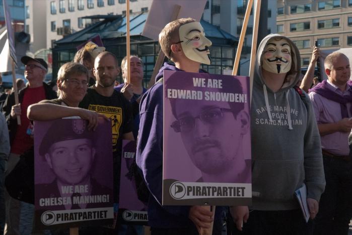 Demonstration til støtte for Manning og Snowden i Stockholm. Kronikørerne mener, at eftertiden vil takke disse modige 'sladrehanke'.