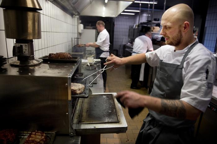 Kul på. Ovnen i køkkenet kører – vistnok som den eneste i byen – på grillkul. Den kan styre både røg og varme ganske præcist, og næsten alt på menuen er en tur forbi ovnen.