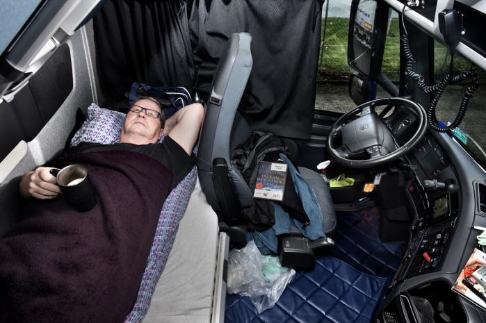Svend Erik Knudsen er langturschauffør og en ivrig bruger af lydbøger til de lange dage på Europas motorveje. Lydbøgerne får han fat i på 'truckerbiblioteket' – en 'filial' af Bov Bibliotek på tankstationen IDS i Padborg.