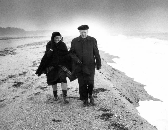 Sansning. Løgstrup, her sammen med hustruen Rosemarie, formår i bogen, der må anses for et hovedværk i dansk idehistorie, at opstille en original teori om sansning og sprog, der bidrager til kritikken af den subjektivistiske tradition.