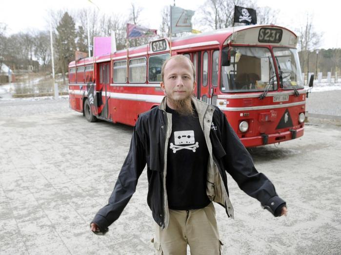 29-årige Gottfrid Svart-holm Warg har siddet varetægtsfængslet i Danmark siden den 28. november sidste år. Anklagemyndigheden mener, at han er ansvarlig for et hackerangreb mod bl.a. politiet og den danske stats it-leverandør, CSC, fra april til august 2012. Han nægter sig skyldig.