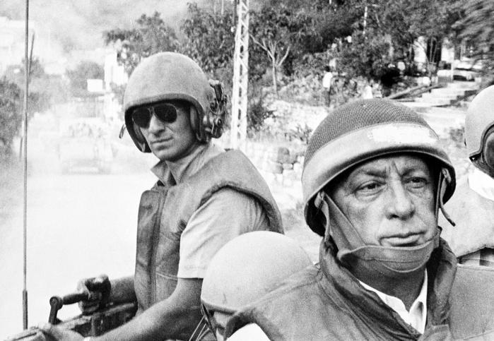 Forsvarsminister Ariel Sharon (t.h.) i Beirut i 1982. Sharon er siden blevet gjort personligt ansvarlig for en massakre i flygtningelejrene Shaba og Shatila i Beirut, hvor kristne militssoldater i 62 timer myrdede mindst 800 civile, mens israelske soldater så til fra taget af en nærliggende ambassadebygning. Foto: Scanpix