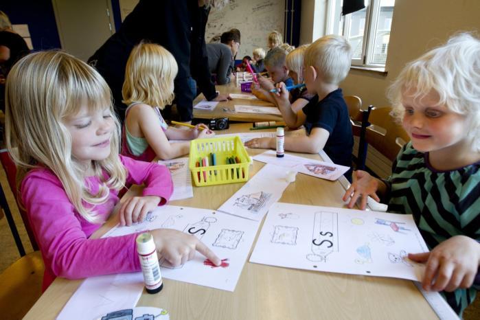 Børn i Struer lærer at læse. En beregning viser, at et års tidligere skolegang vil forbedre eleverne markant i Pisa-målinger. Men målinger bunder i kontrolhensyn og handler om systemets opretholdelse.