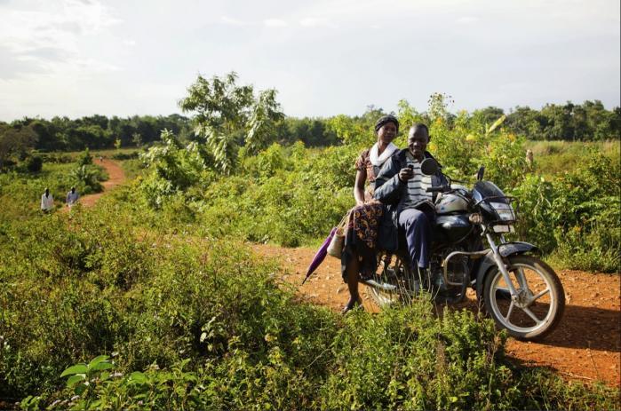I 2008 uddelte organisationen GiveDirectly 1000 dollars til hver eneste voksne i en kenyansk landsby. Donationen satte gang i en bølge af  foretagsomhed, hvor indbyggerne istandsatte deres huse og opstartede små virksomheder.