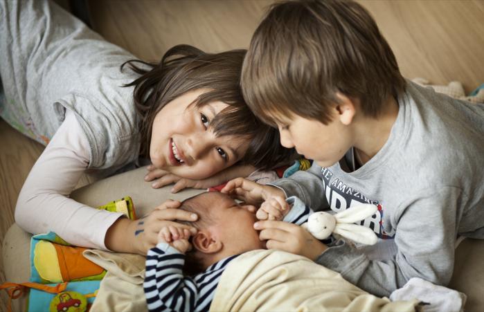Opløsningsmidler og sprøjtegifte, der findes i vores tøj, møbler og madvarer, kan medføre, at næste generation bliver langsommere til at opfatte og reagere, klarer sig dårligere i skolen og ikke kan udnytte deres hjerner optimalt. Ny forskning viser, at kemikalierne kan medføre adfærdsforstyrrelser som autisme og ADHD. Modelfoto