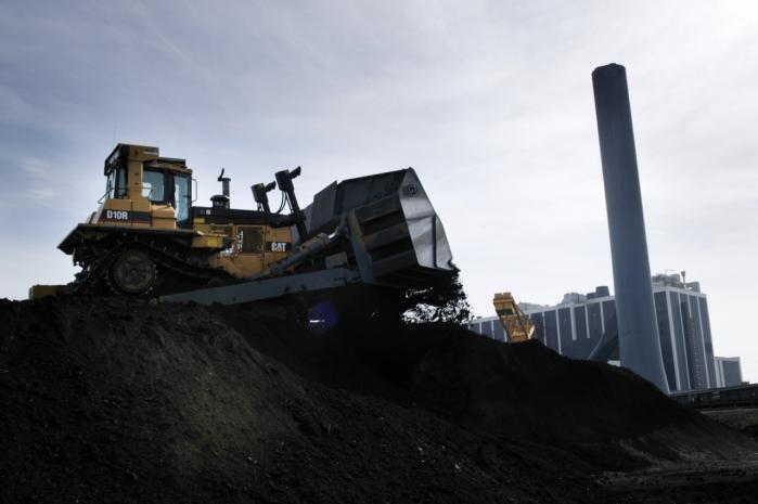 Der køres kul ved Asnæsværket i Kalundborg. Organisationerne, der sidder med i Det Miljø-wøkonomiske Råd, mener, at rådet tænker for traditionelt og ikke f.eks. arbejder for en reduktion af drivhusgasser og for at skabe mere grøn indbringende teknikproduktion