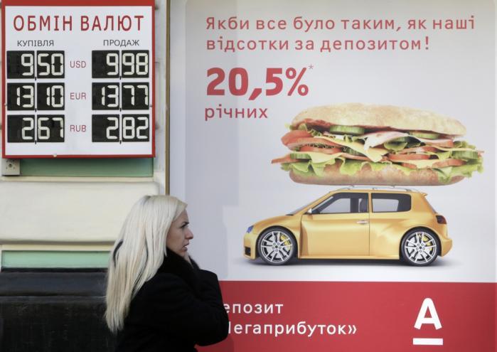 Ukrainerne løber stormløb mod bankerne, mens landets valuta, hryvniaen, er i frit fald, og regeringen har indført restriktioner på kapitaloverførsler