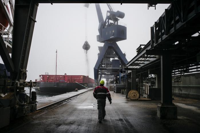 Et russisk skib ankommer med stenkul til Avedøreværket. 13 EU-lande bakker nu op om, at EU i 2030 skal reducere CO2-udledningen med mindst 40 procent