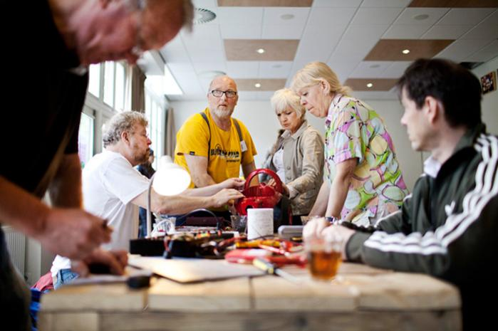 Frivillige reparerer på 'Repair Café' i Amsterdam. Der er ved at opstå en international bevægelse af 'fixers', der sammen med byttemarkederne, delebilerne, byhaverne m.m. peger frem mod en anden indretning af økonomien