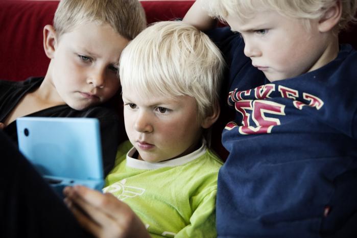 Mange børn har en længere arbejdsdag end en fuldtidsansat pædagog. 96 procent af alle danske børn mellem tre og seks år går i børnehave, og de fleste er der i halvdelen eller mere af deres vågne timer fem dage om ugen.