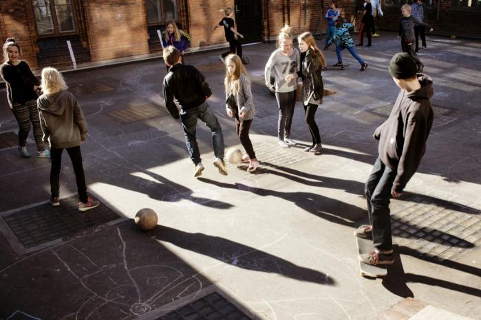 Det er adgangen til ungdomslivet, der gør dem glade for at gå skole, forklarer Knud Illeris. Og det er mindst lige så vigtigt som den dokumenterbare tilegnelse af færdigheder siger han